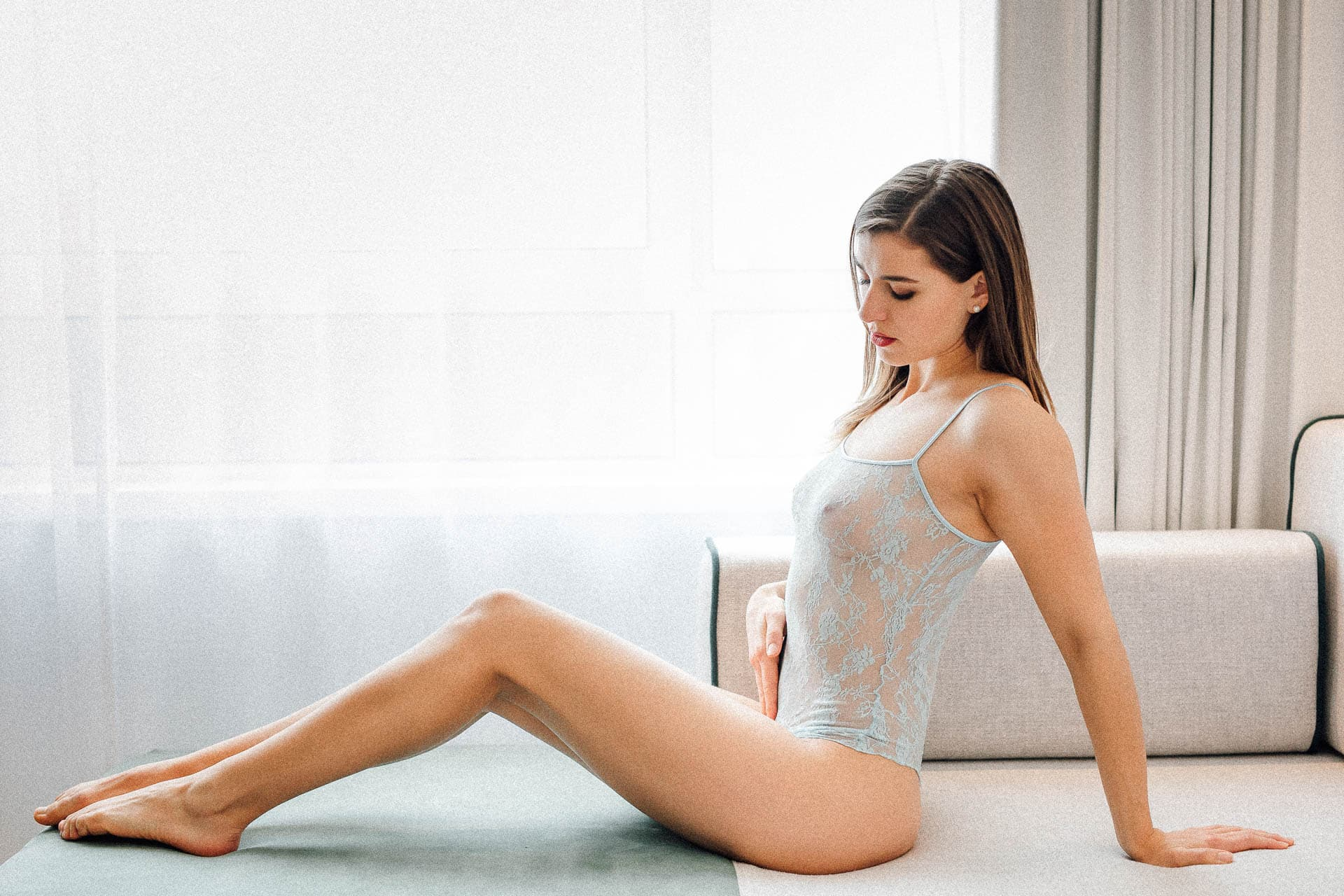 boudoir-fotografie-model-sitzend-auf-einem-sofa-in-desouse