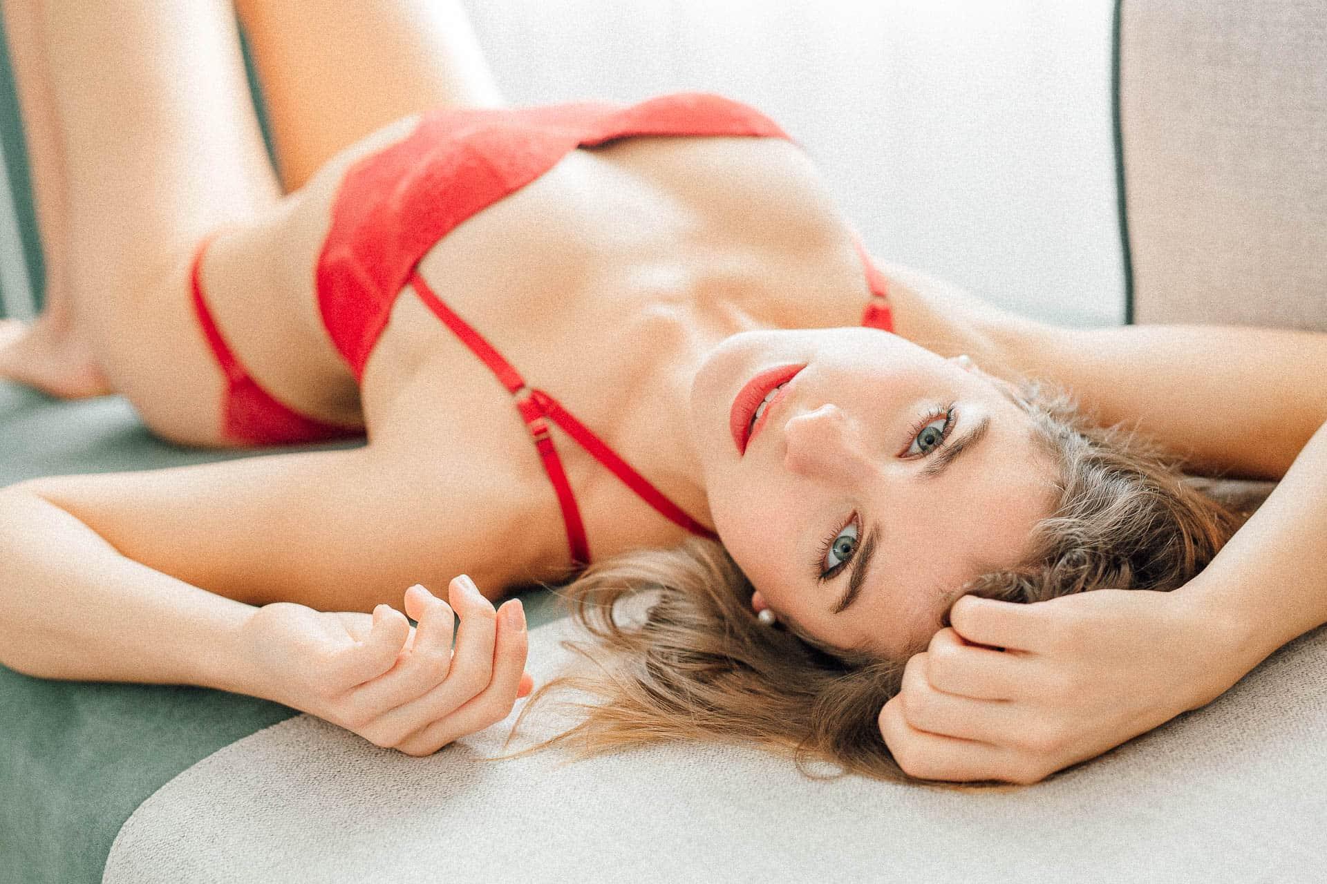 boudoir-fotografie-model-liegend-auf-einem-sofa-in-desouse